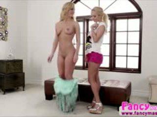 Sexy blondie aaliya liebe gives cherie deville ein massage
