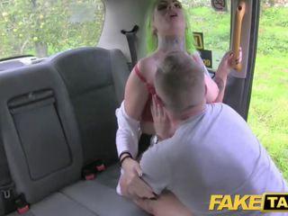 Fake taxi tattoos groot tieten en squirting poesje pijpen lips