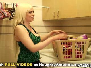 Laimingas bloke cheats onto dame kartu arti į jos aštrus blondinė masinis rack freind