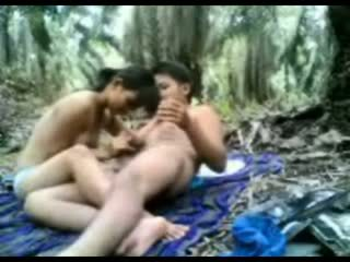 Indonesia remaja kacau di itu hutan