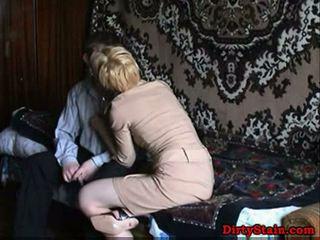 Lonely äiti fuckes sons ystävä sisään kotitekoiset video-