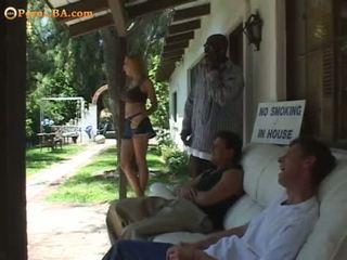 Karstās brunete takes two dzimumloceklis uz viņai holes .