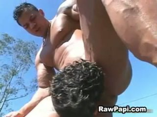 Guy met groot muscles fucks hard latino guy en gives seks cream