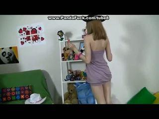 Pievilcīgas meitene plays ar seksuālā spēļmantas un lācis