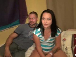 Teenager shaggs surrounding een stranger