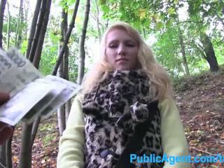 Publicagent jong blondine taken in de woods voor seks met groot lul