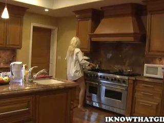 blondes, babes, kuzhinë