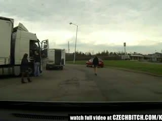 Чешки милф курва прецака в кола