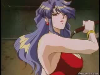 Terriefied en tied omhoog animeslut met een muzzle wets haarzelf