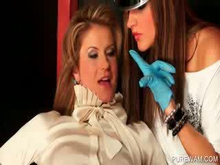 Wam lezboes teasing 麻煩的 bodies