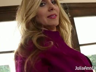 बस्टी ब्लोंड मिल्फ julia ann plays साथ उसकी वेट पुसी!