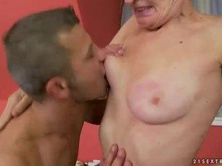 Vroče babi gets ji poraščeni muca zajebal