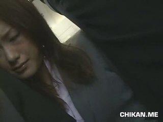 Businessgirl betast door stranger in een crowded trein