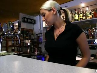 Barmaid lenka nailed на the бар для готівка