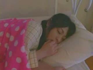 Dormind fata inpulit greu video