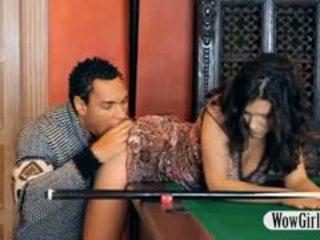 Seksi penelope fucked dengan hitam zakar/batang pada billiards jadual