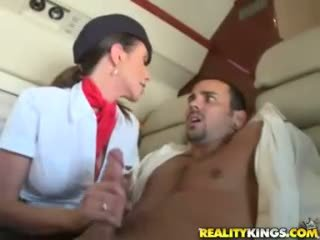 Heet flight attendents ariella ferrera en aimee addison geven in flight pijpen