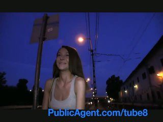 Publicagent smiley marrone haired cutie gets paid per sesso