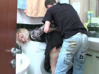 Възрастни блондинки и тийн момче has секс в баня