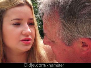 Cherry 光明 delicious lips lets 爺爺 附帶 在 她的 屁股