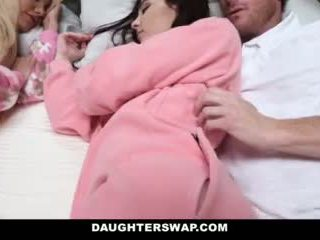 Daughterswap - daughters inpulit în timpul slumberparty