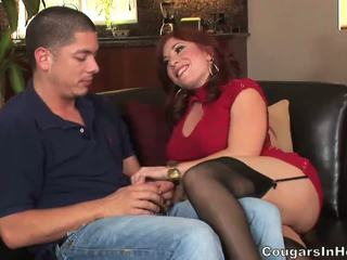 Fiery roodharige milf teef gets banged door jong hunk