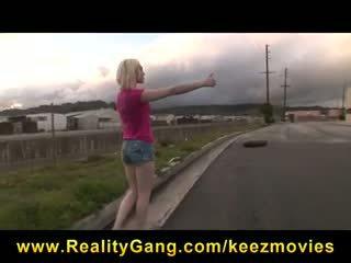 Big-boob slutty blondīne hitchhiker picked augšup & fucked līdz big-dick