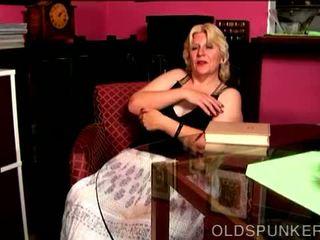 Super pievilcīgas krūtainas pieauguša blondīne lielas skaistas sievietes fucks viņai soaking mitra vāvere