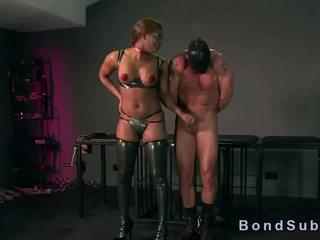 Tettona mulatta padrona gets vagina licked da suo schiavo