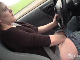 Sexy lou driving og rubbing henne våt fitte