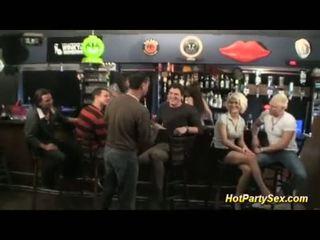 Grupinis išdulkinimas į the cocktail baras