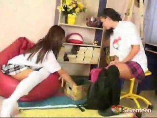 Schoolgirls pie spēlēt sekss spēle