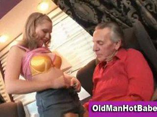 Blondine tiener zuigen af ouder guy