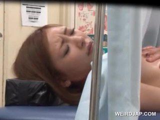 Asiática sweetie gets dela pachacha licked por lusty médico