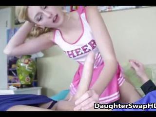 Adolescente cheerleaders dad's acordar a swap daughters