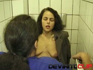 Publisks tualete minēts un čurajošas ar amatieri sieva