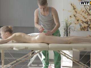 Massaggio cliente con rasata fica finger banged
