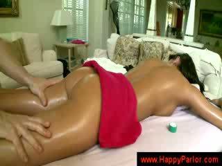 Bruneta gets ji kozičky massaged