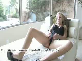 Alanna _ недосвідчена білявка мастурбує її манда з a величезний
