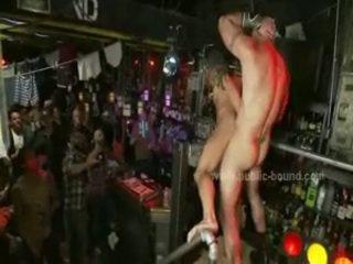 Chap met tatoo violently geboord in gezicht hole en bips in brutaal bondage homo bende bang