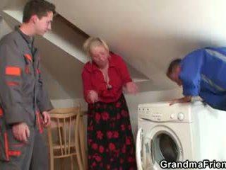 Elle offers son vieux corps pour les