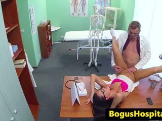 Ārsts pounds eurobabe par tops no galds