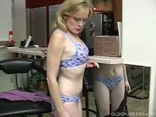 Super sexig äldre lady är så kåta hon has till masturbate