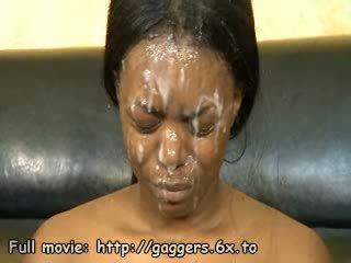 Zwart babe sperma spermmed op gezicht