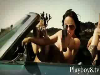 Vier gek heet playmates tries uit naar zijn een stunt vrouwen