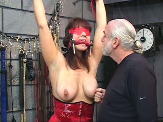 Brunette in een korset met blindfold gets haar poesje tortured met clamps