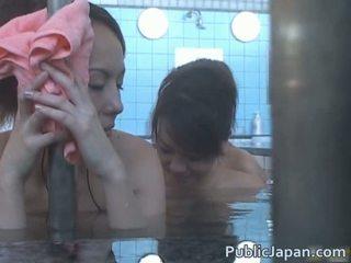 Zeer jong aziatisch meisje geneukt in bath