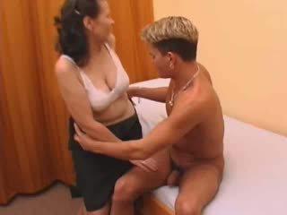 毛茸茸 奶奶 在 丝袜 性交.