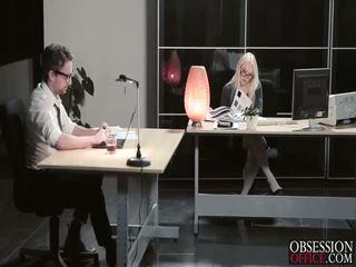Lola taylor gevoel seksueel tension in de lucht bij de kantoor