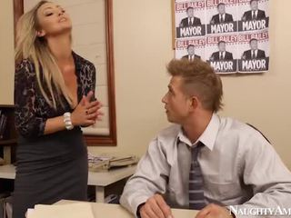 Bigtitted abbey brooks bump į ofisas
